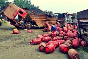 પારડી નજીક હાઈવે પર સિલિન્ડર ભરેલા ટેમ્પાએ પલટી ખાતા ડ્રાઇવરનો આબાદ બચાવ